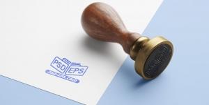 موکاپ لایه باز آرم یا لوگو با استامپ آبی و دسته چوبی ویژه معرفی نشانه یا هویت سازمانی