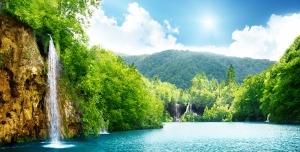 عکس با کیفیت بالا طبیعت زیبای آبشار و دریاچه با درختان و کوه های زیبا در تابستان