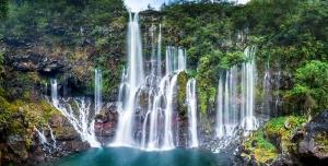 عکس با کیفیت از طبیت زیبا با رنگ های طبیعی شامل آبشارهای بلند جاری از کوه های سرسبز و دریاچه نیلی رنگ