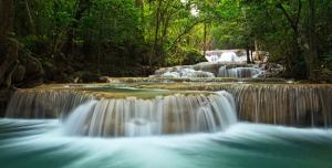 عکس با کیفیت رودخانه زیبا با آب های صاف و نیلی و درختان سرسبز حاشیه رود