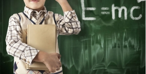 251 JPG 8000x7000 300dpi 300x152 - عکس با کیفیت کودک با کتاب در دست کنار تخته سیاه در حال حل مسائل فیزیک