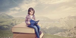 عکس با کیفیت مطالعه کودک در فضای رویایی نشسته روی کتاب های بزرگ در دشت و کوهستان