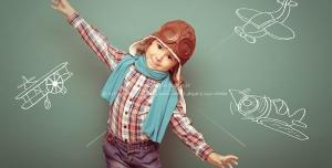 266 1 JPG 5700x3800 300dpi 300x152 - عکس با کیفیت کودک با کلاه خلبانی در کنار تخته سیاه شامل نقاشی های هواپیما
