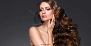 عکس با کیفیت چهره بانو با موهای رنگ و ویو شده و درخشان برای تبلیغ خدمات آرایش موی بانوان