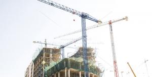 عکس با کیفیت ساختمان در حال ساخت در کنار تاور کرین های بلند