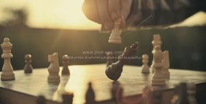 عکس با کیفیت بازی شطرنج و زدن مهره وزیر با زمینه غروب آفتاب
