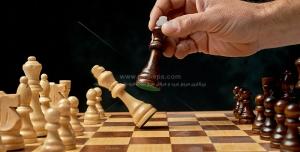 عکس با کیفیت تخته شطرنج چوبی با قطعات شطرنج و شکست مهره های سفید از سیاه