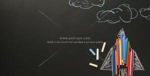 عکس با کیفیت گچ های رنگی بر روی تخته سیاه بر روی نقاشی موشک و ابرها