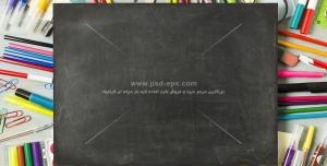 عکس با کیفیت لوازم التحریر رنگی در کنار تخته سیاه