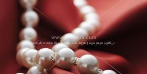 عکس با کیفیت گردنبند مروارید بر روی پارچه ساتن قرمز ویژه جواهر فروشی ها