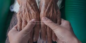 عکس با کیفیت دستان حمایتگر و پشتیبان ، دستان پیرمرد در دستان جوان