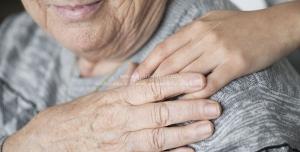 عکس با کیفیت محبت به سالمندان ، دست نوجوان بر روی شانه پیرزن