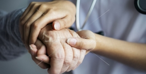 عکس با کیفیت دستان پیرزن در دستان حمایتگر پزشک ، معاینه و درمان سالمندان