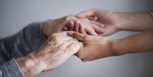 عکس با کیفیت محبت به سالمندان ، دستان پیرمرد در دستان جوان