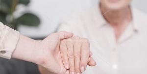 عکس با کیفیت دستان حمایتگر پرستار ، کمک و گرفتن دست بیمار