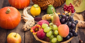 عکس با کیفیت سبدهای میوه های تازه و گل در کنار کدو تنبل با چیدمان زیبا مناسب تبلیغات شب یلدا