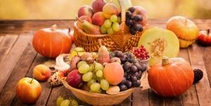 عکس با کیفیت سبدهای میوه های تازه در کنار کدو تنبل با چیدمان زیبا مناسب تبلیغات شب یلدا