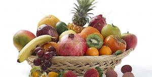 عکس با کیفیت چیدمان انواع میوه های پاییزی درون سبد حصیری مناسب تبلیغات شب یلدا