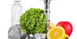 عکس با کیفیت برای مفهوم ورزش و رژیم ، با وزنه و بطری و متر در کنار سبزیجات و میوه