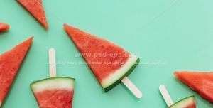 عکس با کیفیت برش های مثلثی هندوانه با چوب بستنی به شکل کیم میوه ای
