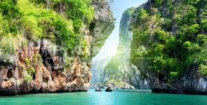 px4 300x152 - عکس و تصویر با کیفیت بالای دریا در میان صخره های سرسبز