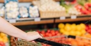 عکس با کیفیت مشتری در هایپر مارکت یا مرکز خرید با در کنار جایگاه میوه و تره بار ویژه استفاده در امور تبلیغاتی و تجاری طراحی کاتالوگ ، بروشور و تراکت با موضوع باغبانی ، کاشت میوه ، میدان و تره بار ، فروشگاه میوه و تره بار و میوه فروشی