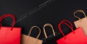عکس با کیفیت ساک های خرید به رنگ های قرمز و کرمی و مشکی با زمینه سیاه رنگ ویژه استفاده در امور تبلیغاتی و تجاری طراحی کاتالوگ ، بروشور و تراکت با موضوع خرید کادو و هدیه ، مراکز خرید ، هایپرمارکت و فروشگاه های بزرگ