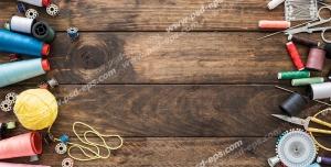 عکس با کیفیت ابزار مختلف خیاطی از جمله دوک نخ های رنگارنگ ، قیجی ، متر ، ماسوره و سوزن ته گرد