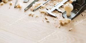 عکس با کیفیت انواع ابزار نجاری بر روی چوب و در کنار تراشه و خرده چوب ویژه استفاده در امور تبلیغاتی و تجاری طراحی کاتالوگ ، بروشور و تراکت با موضوع نجاری ، صنایع چوب و ساخت میز ، مبل و صندلی
