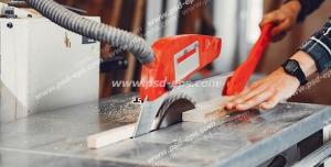 عکس با کیفیت نجار در حال کار با اره بر روی میز و در حال برش چوب ویژه استفاده در امور تبلیغاتی و تجاری طراحی کاتالوگ ، بروشور و تراکت با موضوع نجاری ، صنایع چوب و ساخت میز ، مبل و صندلی
