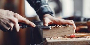عکس با کیفیت نجار در حال کار با ابزار نجاری از جمله مغار تخت ، چکش ، کاتر ، نقاله ، رنده ، کولیس بر روی چوب ویژه استفاده در امور تبلیغاتی و تجاری طراحی کاتالوگ ، بروشور و تراکت با موضوع نجاری ، صنایع چوب و ساخت میز ، مبل و صندلی