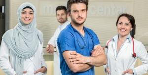 عکس با کیفیت پزشکان خانم و آقا با لباس های فرم سفید و آبی در سالن بیمارستان ویژه استفاده در امور تبلیغاتی و تجاری طراحی کاتالوگ ، بروشور و تراکت با موضوع پزشکی ، درمان بیماران ، تبلیغات بیمارستان ، درمانگاه و مطب پزشکی
