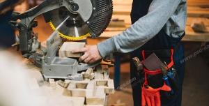 عکس با کیفیت نجار با لباس کار در حال کار با فارسی بر بر روی تکه چوب ویژه استفاده در امور تبلیغاتی و تجاری طراحی کاتالوگ ، بروشور و تراکت با موضوع نجاری ، صنایع چوب و ساخت میز ، مبل و صندلی