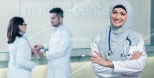 عکس با کیفیت بانوی پزشک با فرم سفید رنگ پزشکی در سالن بیمارستان با استتوسکوپ در دور گردن ویژه استفاده در امور تبلیغاتی و تجاری طراحی کاتالوگ ، بروشور و تراکت با موضوع پزشکی ، درمان بیماران ، تبلیغات بیمارستان ، درمانگاه و مطب پزشکی