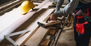 عکس با کیفیت نجار در حال کار با سمباده ، گونیا و نقاله و چوب ویژه استفاده در امور تبلیغاتی و تجاری طراحی کاتالوگ ، بروشور و تراکت با موضوع نجاری ، صنایع چوب و ساخت میز ، مبل و صندلی