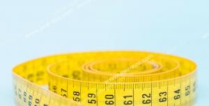 عکس با کیفیت متر اندازه گیری سایز زرد رنگ مورد استفاده در خیاطی با زمینه آبی رنگ
