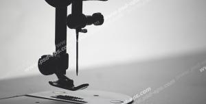 عکس با کیفیت سیاه و سفید و نمای نزدیک از پایه دوخت چرخ خیاطی با پایه راسته دوز