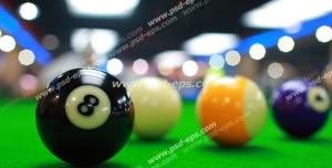 عکس با کیفیت توپ های بیلیارد رنگارنگ بر روی میز بلینگ درون باشگاه بیلیارد