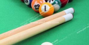 عکس با کیفیت توپ های رنگارنگ بیلیارد مرتب شده مثلثی در کنار هم و چوب های بیلیارد