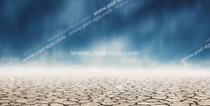 عکس با کیفیت بیابان خشک و زمین ترک خورده با آسمان ابری و طوفانی با رنگ آبی تیره