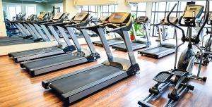 عکس با کیفیت سالن ورزشی بدنسازی و پرورش اندام با وسایل ورزشی