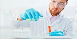 عکس با کیفیت متخصص علوم آزمایشگاه در حال بررسی و جابجایی مواد مورد آزمایش در لوله های آزمایش