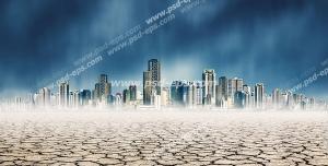 عکس با کیفیت شهر مدرن در بیابان خشک و زمین ترک خورده با آسمان تیره و طوفانی
