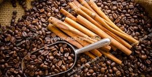 عکس با کیفیت دانه های قهوه و نسکافه در کنار پیمانه