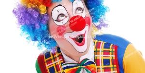 عکس با کیفیت دلقک با موها و لباس رنگارنگ و گریم خنده دار و بینی قرمز