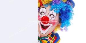 عکس با کیفیت دلقک با موها و لباس رنگارنگ ، کلاه قرمز و گریم خنده دار در حال سرک کشیدن از پشت دیوار