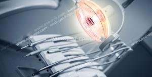 عکس با کیفیت یونیت دندان پزشکی با ابزارهای مدرن و چراغ