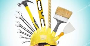 عکس با کیفیت مهندس ساختمان سازی با کلاه ایمنی و گوشی همراه با ابزارآلات ساختمان سازی و نقشه کشی مانند خط کش طراحی و چتکه و کاردک و چک کش و آچار با زمینه آبی روشن