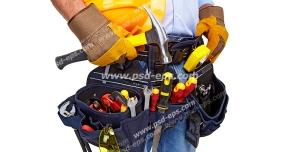 عکس با کیفیت تکنسین یا نصاب لوله کشی ساختمان با ابزارآلات در جعبه ابزار و کلاه ایمنی