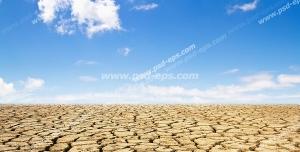 عکس با کیفیت بیابان خشک با زمین ترک خورده با خورشید در آسمان آبی و ابری